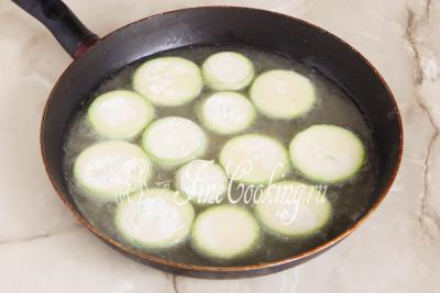 Для жарки берем подходящую посуду (у меня это глубокая сковорода диаметром 26 сантиметров) и наливаем в нее сразу все растительное масло без запаха
