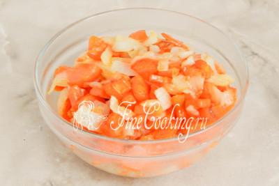 Шумовкой (это такая большая ложка с дырками) вынимаем лук с морковью и перекладываем в мисочку - пока они нам не нужны