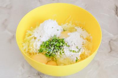 Шаг 3. Добавляем к измельченному кабачку куриные яйца, пшеничную муку, смешанную с разрыхлителем, соль (по вкусу), а также мелко нарубленную зелень