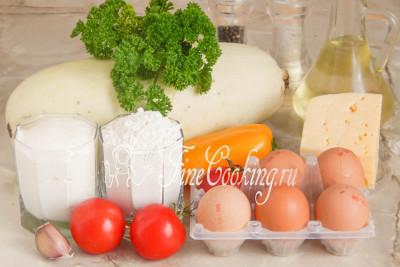 Для приготовления этого красивого и вкусного кабачкового торта нам понадобится кабачок (масса в уже очищенном от кожуры и семян виде), куриные яйца, пшеничная мука, рафинированное растительное (у меня подсолнечное) масло, свежие помидоры, половинка сладкого перца (я взяла желтого цвета для контраста), любой твердый сыр, сметана (берите пожирнее), свежий чеснок и петрушка (если любите, используйте укроп), соль и черный молотый перец
