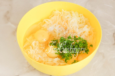 Теперь добавляем к кабачку куриные яйца, измельченную свежую зелень, соль и молотый черный перец