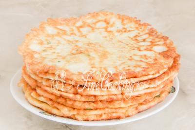 Даем готовым кабачковым блинам полностью остыть и можно переходить к сборке торта