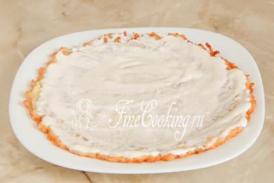 Кладем на блюдо или плоскую широкую тарелку для подачи первым кабачковый блинчик и смазываем его столовой ложкой сметанного соуса с чесноком