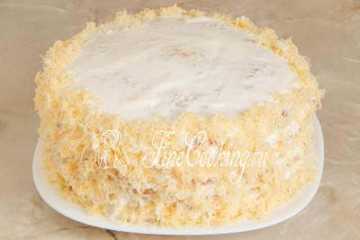 Бока тортика можно декорировать оставшимся измельченным сыром