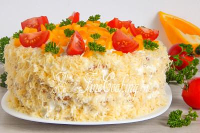 Подавать кабачковый торт с помидорами можно сразу