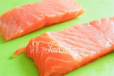 Для начала нарежем продольными кусками (около 7 мм в высоту) соленую рыбу