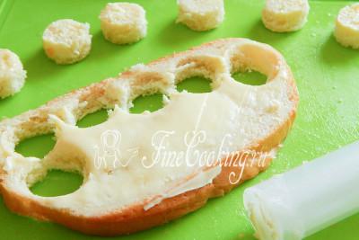 В конце очередь белого хлеба или батона с маслом - тоже делаем кругляши одинакового с огуречными и рыбными размера