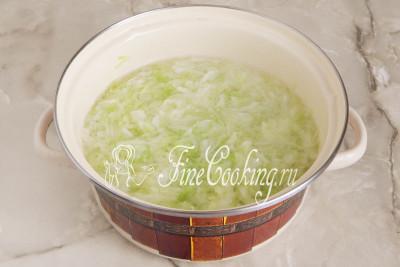 В большой кастрюле доводим до кипения воду (примерно пару литров) и отвариваем в ней капусту до полуготовности