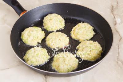 Затем наливаем в сковороду растительное масло без запаха, разогреваем его
