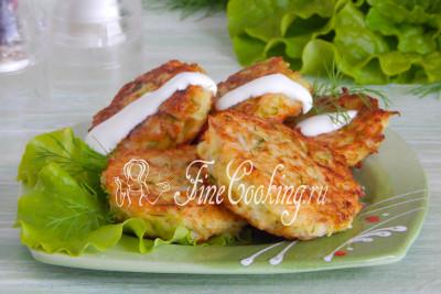 Подаем нежные и сочные капустные котлеты со сметаной или другими соусами на ваш вкус