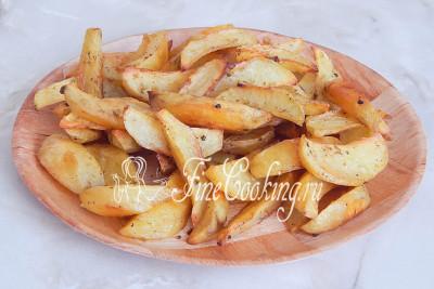 Перекладываем готовую картошку на блюдо и подаем горячей к столу