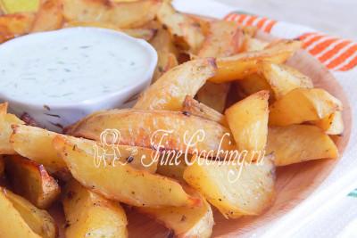 Рекомендую сделать к картофельным долькам такой соус: пробить блендером 1 свежий (очень хорошо подойдет маринованный или соленый) огурец, пару ложек сметаны и несколько веточек свежего укропа