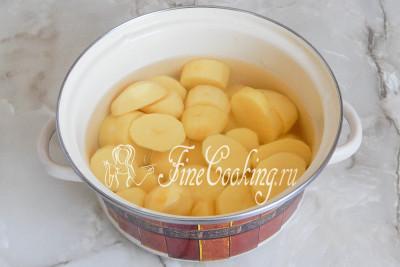 Первым делом чистим и ставим вариться картофель до полной готовности