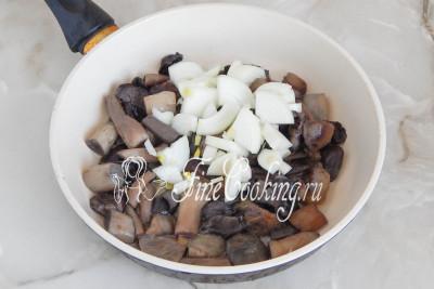 Тем временем обжарим на небольшом количестве рафинированного растительного масла вареные грибы и луковицу (очищенную и измельченную кубиком)