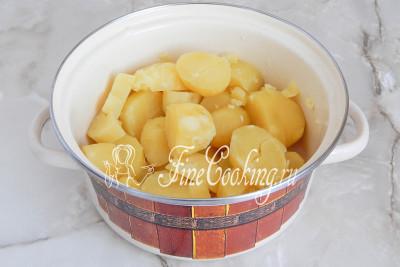 Картошка сварилась, полностью сливаем отвар