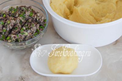 Берем часть картофельной массы (она хорошо лепится) и формуем шарик