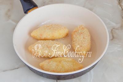 Разогреваем в сковороде растительное масло и выкладываем часть пирожков