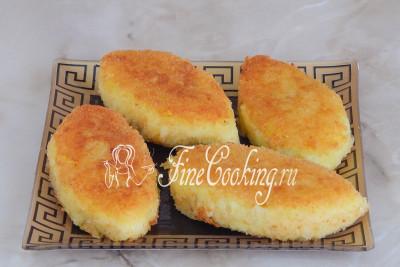 При желании готовые пирожки выкладываем на бумажное полотенце, чтобы в него впитался лишний жир