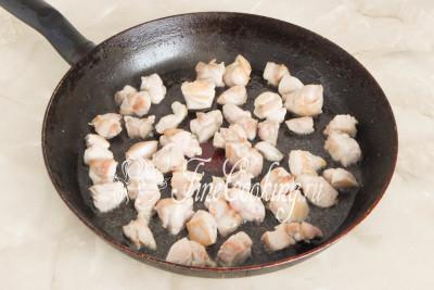 В широкую и глубокую сковороду наливаем часть растительного масла без запаха, разогреваем его и на самом сильном огне обжариваем куриное филе до золотистой корочки - минуты 2-3 вполне хватит