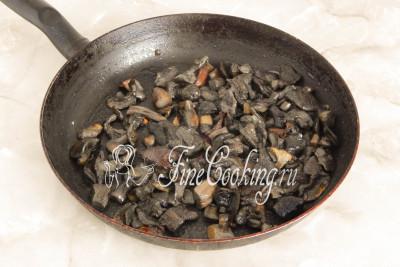 Минут за 8-10 успели обжариться грибы - они зазолотились, а некоторые даже слегка похрустывают