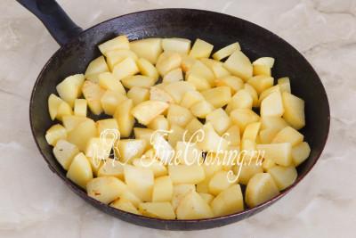 Ломтики картофеля обжарились - на фото не очень видно, что легкая корочка появилась и уже запахло жареной картошкой