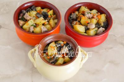 Берем горшочки и накладываем в них подготовленные овощи с грибами
