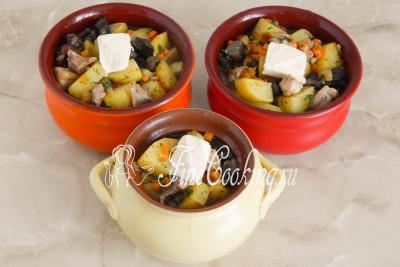 Кладем в каждый по небольшому кусочку сливочного масла - его можно не добавлять, но благодаря этому ингредиенту картошка с грибами и курицей получится еще вкуснее и ароматнее