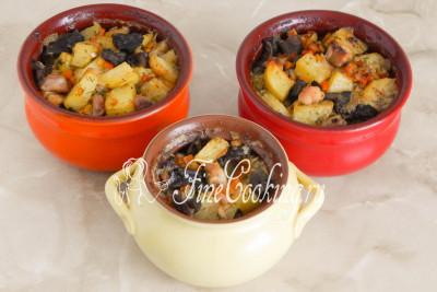 Ароматная, румяная, сочная, мягкая и такая вкусная картошка с грибами и курицей, приготовленная в горшочках в духовке - это одно из самых вкусных вторых блюд, которые можно сделать из простых и доступных продуктов
