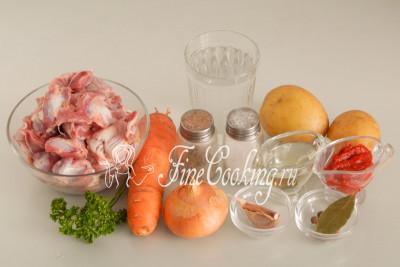 Для приготовления этого простого, вкусного и сытного второго блюда в мультиварке нам понадобятся следующие ингредиенты: картофель, куриные желудки, репчатый лук, морковь, рафинированное растительное масло, вода, томатная паста, чеснок, лавровый лист, душистый перец горошком и черный молотый, а также немного свежей петрушки