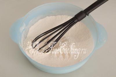 Все тщательно перемешиваем вилкой или венчиком, чтобы все сухие ингредиенты равномерно распределились по смеси
