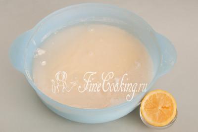 Не забываем добавить 2 столовые ложки лимонного сока, который поможет пищевой соде заработать при выпечке и поднять тесто кекса
