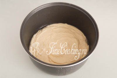 Чашу мультиварки смазываем небольшим количеством рафинированного растительного масла (в ингредиентах не указывала) или сливочным маслом (берем от общего веса чайную ложку), но тогда дополнительно присыпаем поверхность пшеничной мукой (излишки стряхнем)