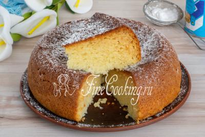 Перед подачей по желанию посыпаем готовый кекс со сгущенкой сахарной пудрой, нарезаем порционными кусочками и подаем