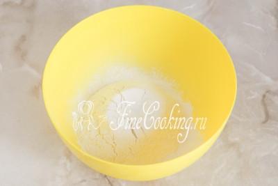В подходящую посуду просеиваем пшеничную муку