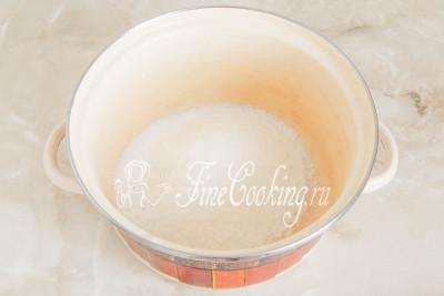 В кастрюлю насыпаем 300 граммов сахарного песка и четверть чайной ложки лимонной кислоты