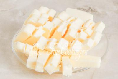 Первым делом нужно заранее достать 110 граммов сливочного масла из холодильника и оставить его на столе, чтобы размягчилось