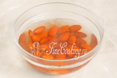 Берем сладкий миндаль, насыпаем в подходящую посуду и заливаем крутым кипятком так, чтобы жидкость полностью покрывала орешки
