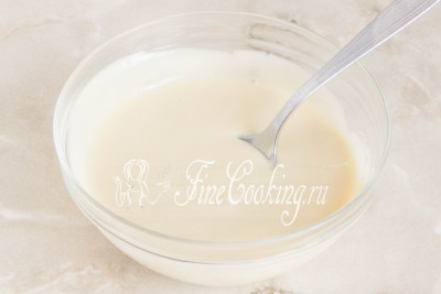 Топим шоколад с маслом на водяной бане или в микроволновой печи, но делаем это очень осторожно, чтобы шоколад не свернулся