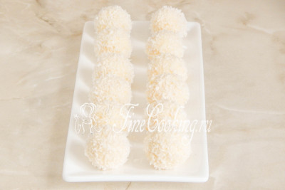 Переносим готовые шарики на плоскую тарелку или блюдо и ставим в холодильник, чтобы глазурь застыла