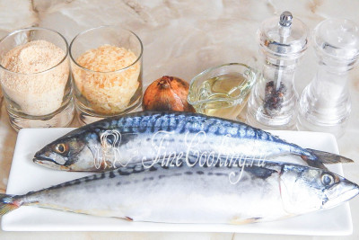 Готовить эти сочные и нежные рыбные котлетки мы будем из таких продуктов: скумбрия свежемороженая (разморозим ее), лук репчатый, рис пропаренный, сухари панировочные, масло растительное для жарки, соль, перец черный молотый, вода