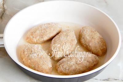 Обваливаем котлетки в панировочных сухарях и жарим в хорошо прогретом растительном масле по 10 минут с каждой стороны до румяной корочки