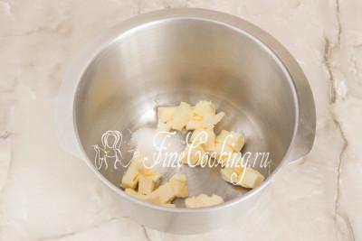 Заключительный этап приготовления масляного крема Шарлотт предусматривает соединение заварной основы и масла, которое нужно предварительно подготовить