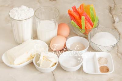 Для приготовления необыкновенно вкусных, нежных и ароматных пасхальных куличей нам понадобятся: пшеничная мука высшего сорта, молоко любой жирности (я использую 2,5%), сахарный песок, куриные яйца среднего размера (45-50 граммов каждое), сливочное масло (жирностью не менее 72%), цукаты, ванильный сахара (можно заменить 1 столовой ложкой сахара-песка и щедрой щепоткой ванилина), дрожжи, соль