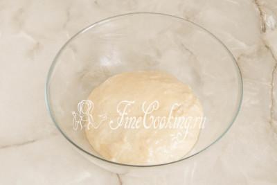 Округляем его и перекладываем в сухую и чистую посуду, совсем немного смазав его рафинированным растительным маслом (просто, чтобы тесто не прилипло)