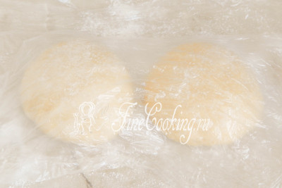 Прикрываем тесто пищевой пленкой или легким полотенцем и даем отдохнуть минут 10-15, чтобы за это время колобки расслабились и с ними было удобно работать