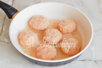 Теперь обваливаем куриные котлеты в панировочных сухарях и жарим на среднем огне на разогретой сковороде в хорошо прогретом растительном масле