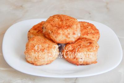 Нежные и сочные куриные котлеты с сыром готовы