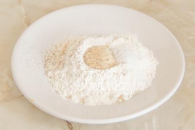 Подготовим первую панировку - это будет пшеничная мука любого сорта, сушеный чеснок (или любые другие приправы на ваш вкус), соль и молотый черный перец