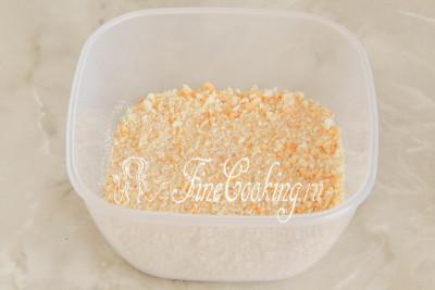 В другую посуду насыпаем панировочные сухари - у меня, конечно же, домашнего приготовления ([рецепт можно посмотреть тут](/recipe/domashnie-panirovochnye-suhari))