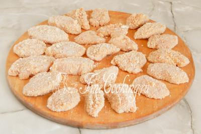 Таким образом панируем все кусочки курицы, лишние сухари аккуратно убираем, чтобы потом не обсыпались и не горели в масле